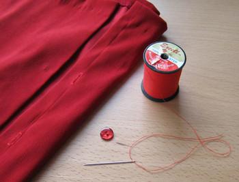 ボタン付けは、基本の「二つ穴&四つ穴」からはじめると良いでしょう。シャツやコートなど、様々な衣服に使われるメジャーなボタンなので、お直しする機会も多い種類です◎糸は目立たないように、ボタンと同系色で縫いましょう。