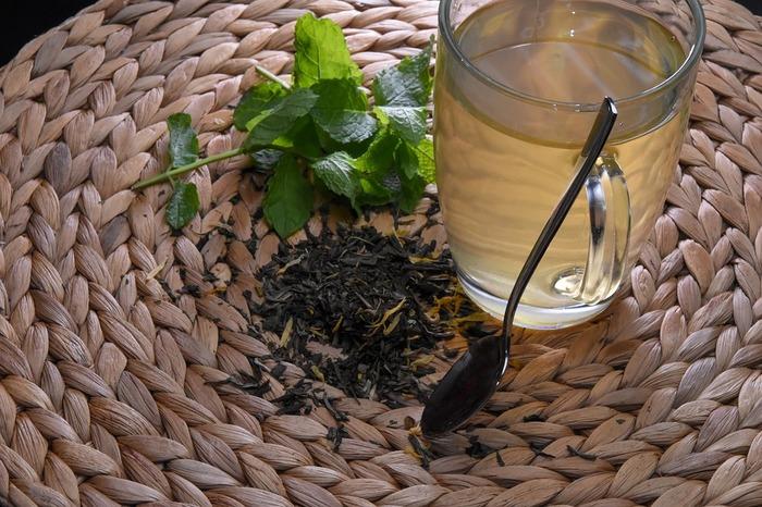 モロッコのミントティーは緑茶を使います。お湯で煮出した緑茶をポットに注ぎ、たっぷりのお砂糖とミントを入れます。茶葉を煮出さずに普通にお湯を注いでもOKです。ミントの葉やお砂糖の量はお好みで。