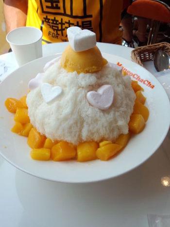 台湾の定番メニュー、ふわふわかき氷にマンゴーの果肉やアイスなどを盛り合わせた「モテキ豪華版」も人気です!