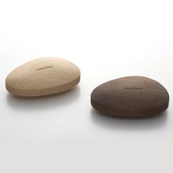 こちらも木の素材。メープル、ウォルナットの色味は使っているうちに深まっていきそう。手に持ちたくなる形が秀逸です。