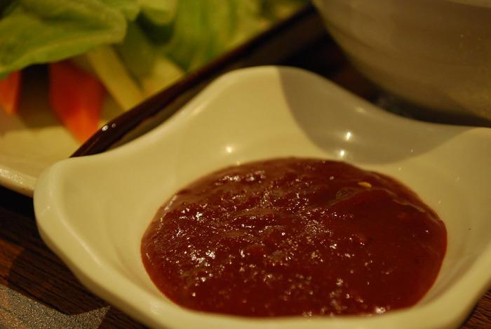 韓国の定番調味料『コチュジャン』は、もち米麹や唐辛子を熟成発酵させて作ります。もち米麹を使っているため、辛さの中に甘みも感じられます。日本で作られるコチュジャンは水飴を使用することもあり、本場よりも甘めになっています。ビビンバやチヂミなどの韓国料理はもちろん、いつもの料理の隠し味に使ってもOK◎