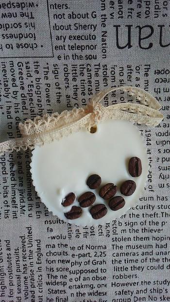 こちらはコーヒー好きさんにおすすめ! ドライフラワーの代わりにコーヒー豆が入ったワックスバーです。賞味期限が切れてしまった豆を利用しているそうです。