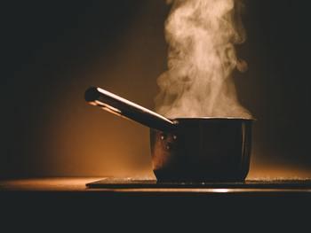 湯煎で蜜蝋とワックスを溶かします。 溶けたら好きなアロマオイルを入れます。 鍋などが汚れても構わない場合は、直接鍋に材料を入れても大丈夫です。