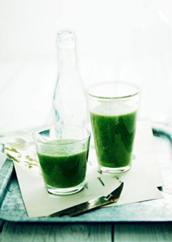 スーパーフードとして注目されている、ブロッコリースプラウトと小松菜を使ったスムージーです。スプラウトをスムージーに入れる場合は10gほどでOK。  よく噛むほど吸収されやすくなるというスプラウトの栄養は、スムージーにすることで吸収率がアップ!
