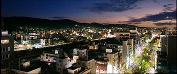 夜には、京都の夜景を眺めながら、地ビールなどが愉しめるバーになるんです。旅の疲れを癒すひとときが過ごせそうですね。