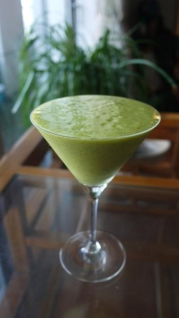 青汁の原料として知られている、栄養豊富なケールを使ったスムージーです。パイナップルやバナナのような甘みの強い果物と一緒にすると飲みやすいですよ。
