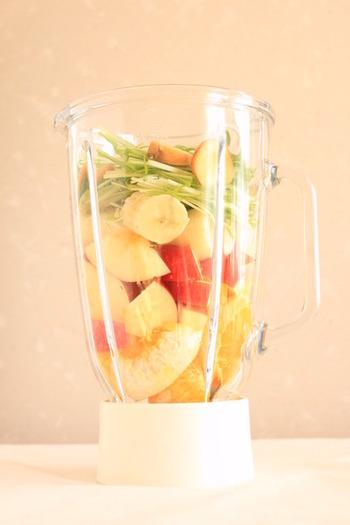 生姜のひとかけは、代謝の低下した朝の身体を目覚めさせてくれます。水菜も小松菜同様くせがないので、グリーンスムージーに慣れていない方でも飲みやすいですよ。