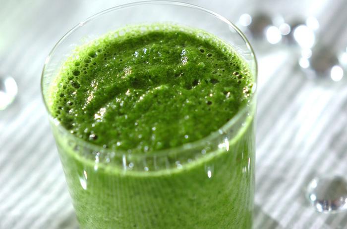 ホウレン草のグリーンが色鮮やかな、スタンダードなグリーンスムージーです。バナナとりんご、水という定番の組み合わせには小松菜など、他の葉ものに置き換えても◎