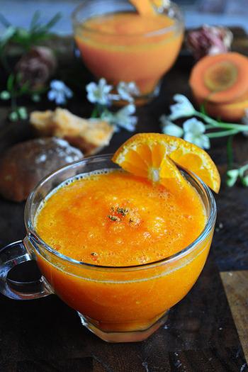 レンジでココナッツオイルと一緒に加熱したニンジン、みかんとマーマレードをミキサーに入れて。ニンジンのβカロテンは油で調理したり、加熱すると吸収がよくなるそう。温かいままでも、夏は冷やしてもおいしくいただけますよ。