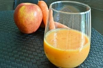 ニンジン&リンゴのスムージーも不動の人気。よく洗って皮まで摂取できるのがスムージーの嬉しいところ。こちらのレシピはバニラエッセンスの香りで食欲も満たされそうです♪