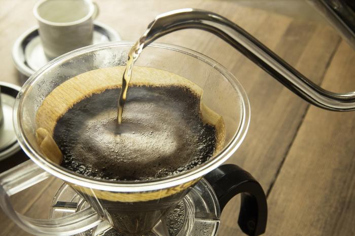それでは美味しいコーヒーの淹れ方をご紹介します。 理想的なお湯の温度は沸騰する手前の95度位を目安にします。最初に粉全体にお湯がかかるようゆっくり注ぎ、しばし蒸らします。コーヒーの良い香りが漂ってきたら、そこから少しずつ中心から外側に円を描くようにお湯を注いでいきます。この時使うケトルの口は小さめで細いものが望ましいです。