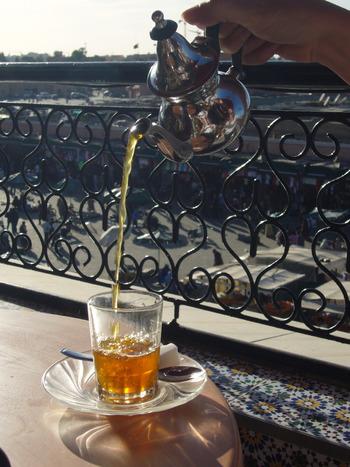 耐熱のグラスにお茶を注ぎます。コップに少し入れてポットに戻すことを2度繰り返し、ミントの香りを際立たせます。高い位置から注げばより本格的♪
