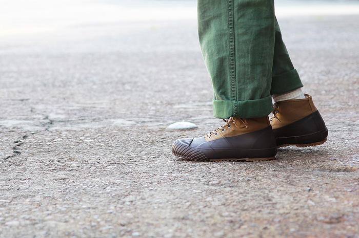 キャンバス地にラバーを広く張り合わせたスニーカーは、雨や足元が悪い時でも気にせず履ける頼もしい一足。微妙なハイカットでくるぶしまでカバーしてくれます。