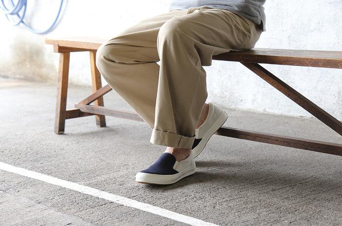 スッと素足に履きやすいスリッポンはこれからの季節に重宝しそう。シンプルなデザインだからこそ、バルカナイズ製法のしなやかさやタフな点が生きそうです。