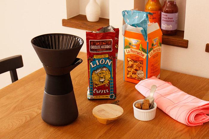 上の部分にコーヒーを淹れドリップするスタイルになります。木製のフタ付きでドリップしてからテーブルに出しても保存してくれるありがたいデザインなんです。