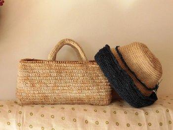 麻ひものバッグですが、縁にあけびのツルを使っており、しっかりと開口部が固定するので便利です。お買い物カゴとしても、またお出かけにも。夏らしい雰囲気ですね。