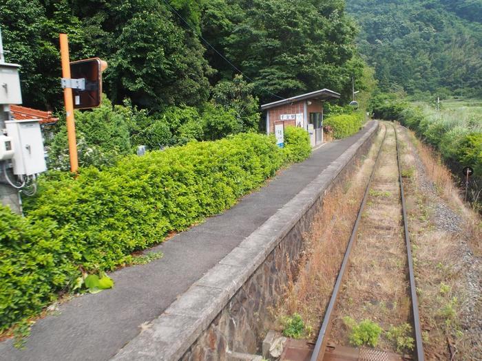 島根県江津駅と広島県三次駅を結ぶ三江線沿線の千金駅は、1958年に開業された無人駅です。1日あたりの利用客人数が1人未満の千金駅は、山あいの奥深くにひっそりと佇んでいます。