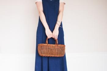 透け感が夏らしい人気の細目こだし編みのなかでも、ロータイプはお出かけにぴったりのサイズ感。飲み物なども入れやすく、夏のファッションにもぴったりですね。