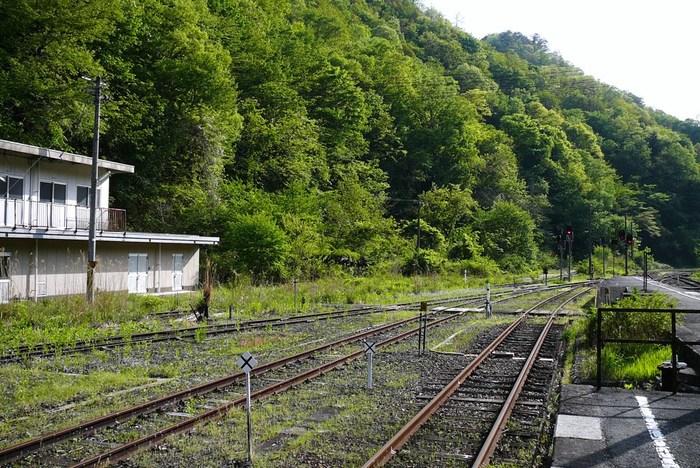 冬は雪にすっぽりと覆われ、険しい山間部に位置する備後落合駅は、スイッチバック式であるため、複雑に入り組んだ線路が敷かれています。