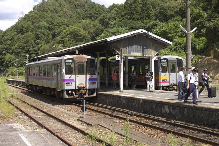 備後落合駅は、芸備線沿線であると同時に、当駅と島根県穴道駅を結ぶ木次線の起点駅でもあり、中国地方山間部における鉄道交通の要所として重要な役割を果たしています。