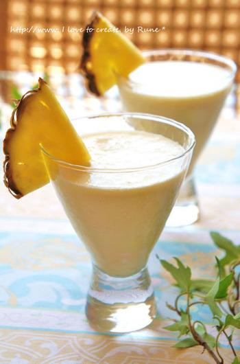 カリブ海生まれのカクテル「ピニャコラーダ」のようなパイナップルとココナッツのスムージーです。パウダーよりも荒削りのココナッツファインを使用したトロピカルな味わいです。
