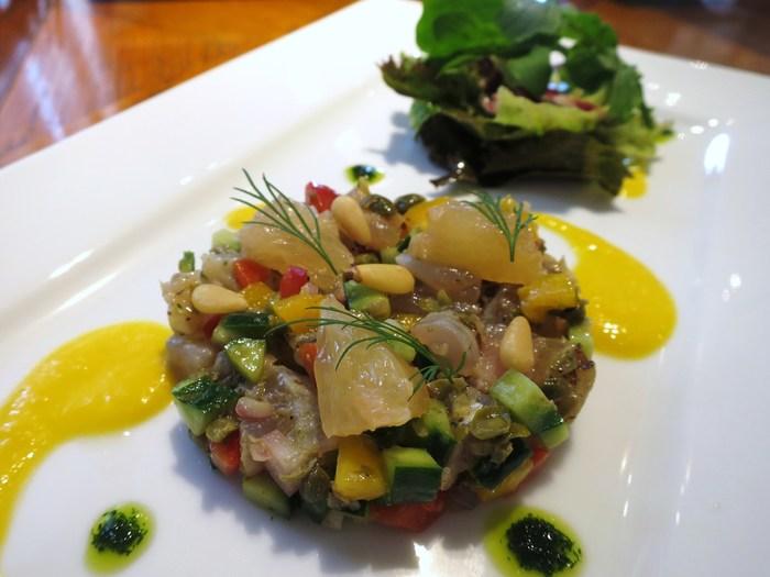 トビウオとたっぷりの鎌倉野菜のマリネには、鮮やかなガスパチョソースを。彩りも美しい一皿です。白ワインやスパークリングワインにピッタリでとっても美味しそう!
