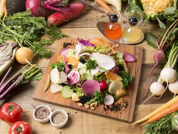 湘南&鎌倉野菜のサラダはお好みで岩塩やドレッシングで楽しむことができます。インスタ映えもする一品ですね。