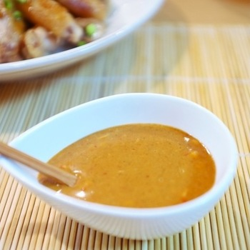 最近じわじわと人気になっている『怪味ソース』は、中国・四川省発祥の調味料です。辛味・甘み・酸味・塩味などいろんな味が複雑に混ざり合っています。下味として使ったり、タレとしてかけたり、炒めものの味付けなどいろいろと使えます。