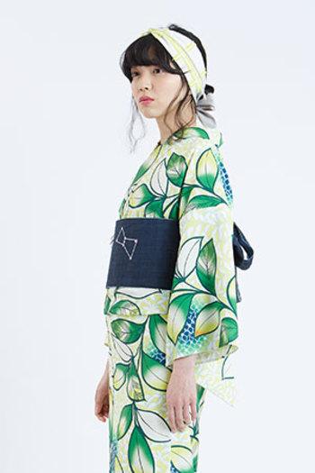一見合わせるのが難しそうな、グリーンが鮮やかな大柄の浴衣には、柄の中から一色選び、帯に持ってくるとしっくりまとまってみせることができます。特に濃地の帯は着姿をすっきりと見せてくれます。