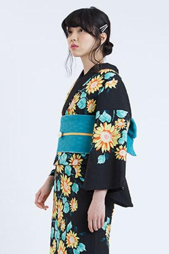 黒地に描かれたヒマワリがかわいらしい浴衣には、葉っぱの色から選んだブルーがとても素敵なコーディネート。描かれたヒマワリをいかすよう、帯締めに黄色を持ってくると更にまとまりのよいコーディネートに仕上がります。