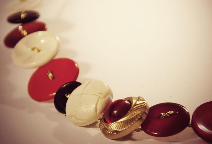 お気に入りのたくさんボタンを集めたら…つなぎ合わせてブレスレットにしてみませんか?存在感たっぷり、手元を彩ってくれます。
