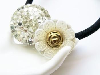 ヴィンテージチェコガラスボタンヘアゴム。夏のシンプルファッションに優しい輝きをプラスしてくれそう。