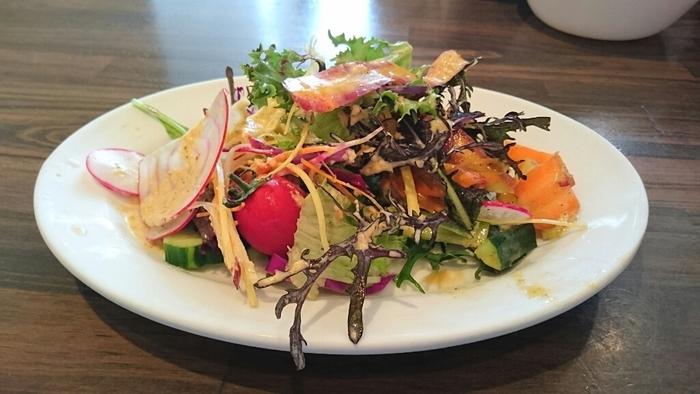 こちらのお店は、地元民にも観光客にも大人気のラーメン屋さんなんです。ラーメン屋さんなんですが、サイドメニューの鎌倉野菜のサラダは、リーズナブルなのに野菜が盛りだくさん。旬の鎌倉野菜を頂くことができます。サイズも大小選べるのがうれしい!