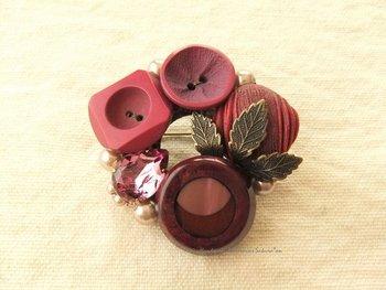 赤系のアンティークボタンを組み合わせて作ったブローチ。色んなデザインのボタンも、色をまとめると統一感が生まれます。数が揃わないボタンの使い道にもってこいですね。
