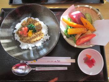 カン太くんのカレーには、さっと素揚げした鎌倉野菜が付いてくるんです!その他に単品の鎌倉野菜のサラダもなんと300円!とっても太っ腹なお店なんです。
