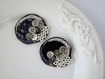 白鳥と水面に映る影(黒鳥)の刺繍をほどこした丸型のヘアピン。ヘアだけでなく、洋服やバッグのアクセントとしても使えそうですね。