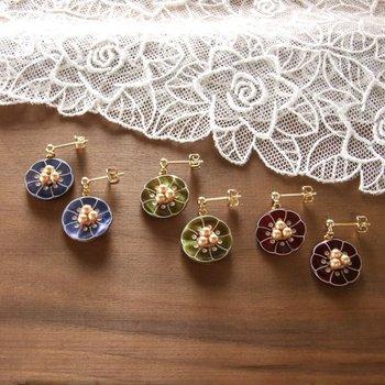 フランス製のお花型の貝ボタンにスワロフスキーパールビーズを合わせた、シックで可愛らしいピアス。オリジナルにビーズなどパーツをプラスするのもGoodアイデアですね!