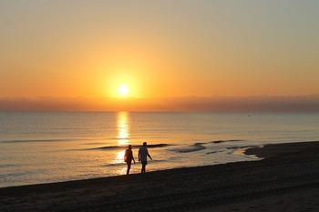もちろん周辺を散歩してみるのも良いですが、夏なら、涼し気な木陰がある場所、磯の香りを感じる海岸沿いがおすすめ。