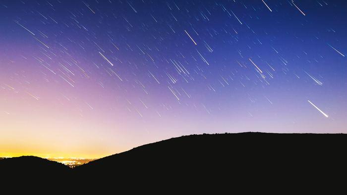 夏の夜なら、夏の大三角形に天の川。 8月中旬にはペルセウス流星群が見られますよ。 お気に入りの星座を探してみるのも素敵ですね!