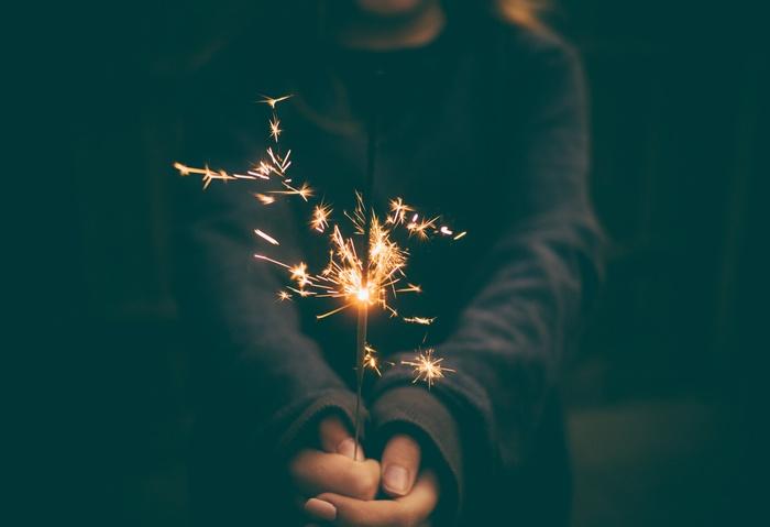 夏のお楽しみのひとつと言えば、花火。 少人数にも、おひとりにもおすすめなのが、パチパチと静かなはじける線香花火です。 線香花火ならスペースもそこまで必要ないので、お家でも楽しめますよ。
