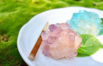 二色の寒天が涼し気でとっても可愛い和菓子。おもてなしに出せば喜ばれそうですね。