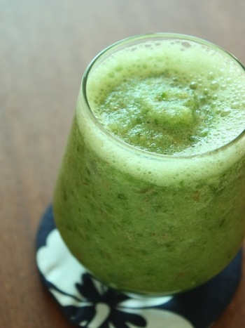 梨やリンゴは良く洗って、皮や種ごと使い、果実の栄養を丸ごと摂取しましょう。チンゲン菜もクセのない野菜なので、スムージー作りに向いています。