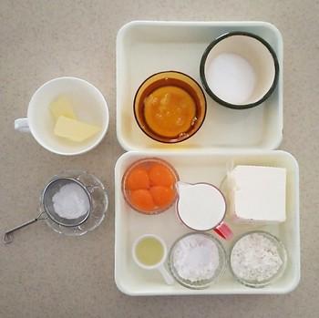 材料は比較的スタンダードです。卵は卵黄と卵白をわけて、卵白は冷蔵庫でしっかり冷やしておきましょう。バターはレンジでチンして溶かしバターに。