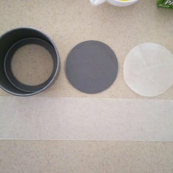 まずは型に合わせて紙を切っておきます。側面に敷く紙は、型より4cmほど高く切るのがポイント。