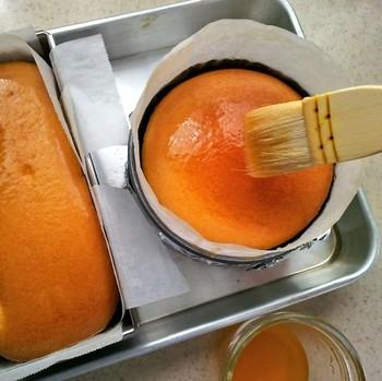 焼き上がったらオーブンの扉を開けて、アプリコットジャムを表面に塗ります。扉を開けた後は20分ほどそのままにしておき、取り出したらさらにジャムを塗り重ねて艶出しを。