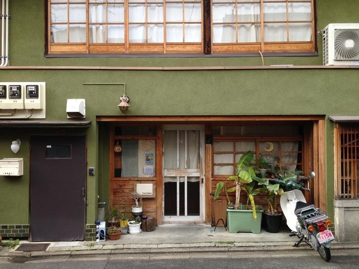 町屋を改装して作られた路地裏のカフェ『ItalGabon(アイタルガボン)』は、『誠光社』のちょうど隣にある居ごこちのいいブックカフェ。落ち着いたオリーヴグリーンの壁が目印です。