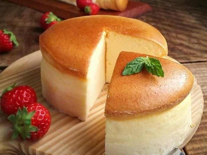 ふんわり、しっとり。mogeさんのレシピの中でも人気が高いのが、こちらのスフレチーズケーキです。割れない、しわにならない丁寧な焼き方のコツを網羅したレシピは必見!おうちで本格派のおいしいチーズケーキが楽しめますよ。