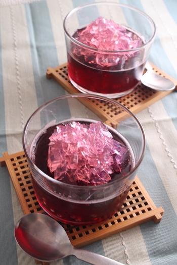 こちらはグレープジュースとアセロラジュースを使った紫陽花ゼリー。こちらも梅雨らしくて素敵です。
