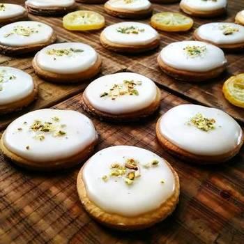 夏らしいレモンクッキーのレシピ。生地にもアイシングにもレモンを使い、レモンの香りがとっても爽やか。夏休みにお子さんと一緒に作るのも、楽しくておすすめです♪