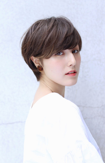 きれいな前髪を作るポイントはやはりブローにあり。くしとドライヤー、もしくはヘアアイロンで簡単にできちゃいます。つるんとした透明感のある前髪は女性らしさを引き出してくれますね。